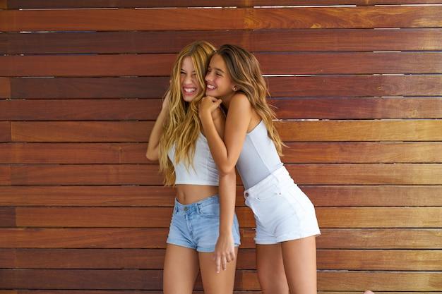 Mejores amigas adolescentes divirtiéndose juntas