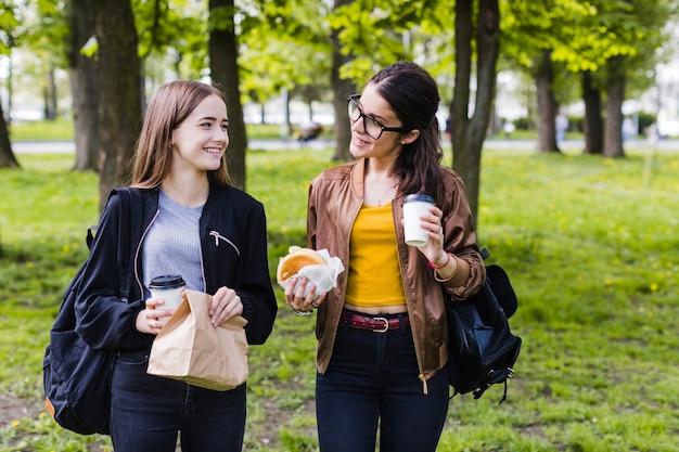 Mejores amigas almorzando en el parque