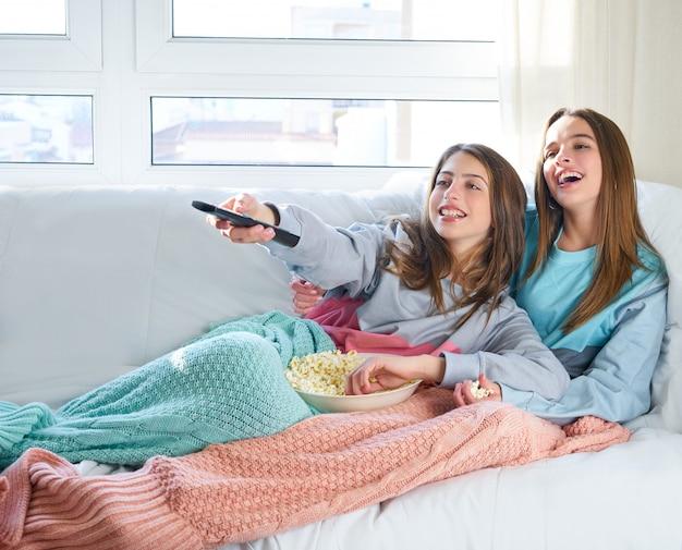 Las mejores amigas viendo la tele