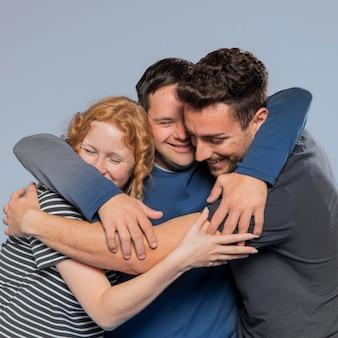 Mejores amigos abrazándose mientras promueven la diversidad