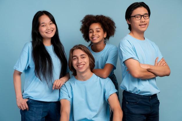 Mejores amigos adolescentes posando juntos