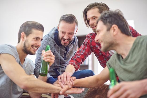 Mejores amigos apilando sus manos juntas