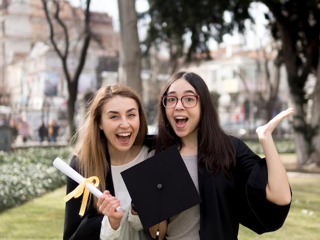 Mejores amigos en la ceremonia de graduación