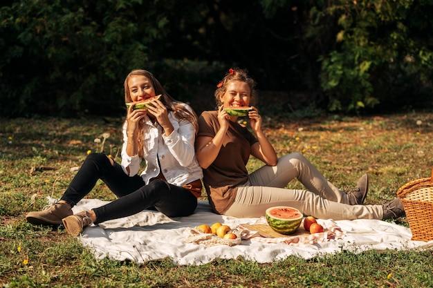 Mejores amigos comiendo sandía