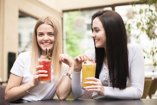 Mejores amigos disfrutando de sus cócteles.