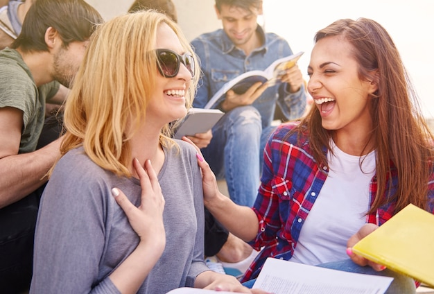 Mejores amigos divirtiéndose durante el descanso