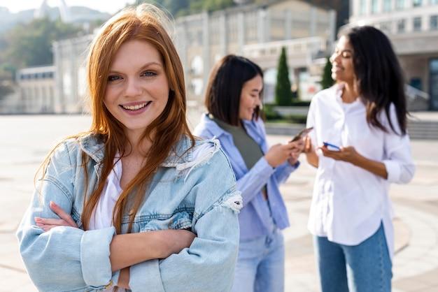 Mejores amigos divirtiéndose juntos afuera