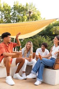 Mejores amigos divirtiéndose juntos al aire libre