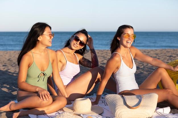 Mejores amigos divirtiéndose en el verano
