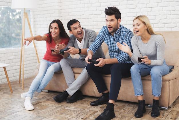Los mejores amigos juegan en la consola y se relajan juntos