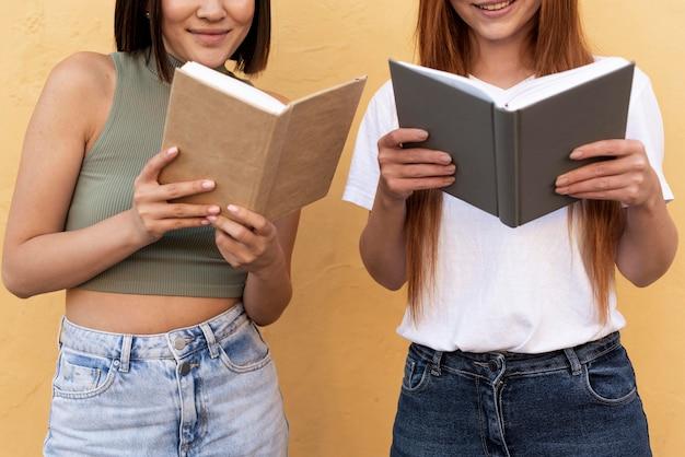 Mejores amigos leyendo libros