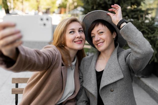 Mejores amigos de mediana edad pasando tiempo juntos afuera