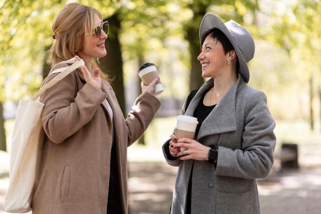 Mejores amigos de mediana edad pasar tiempo juntos al aire libre
