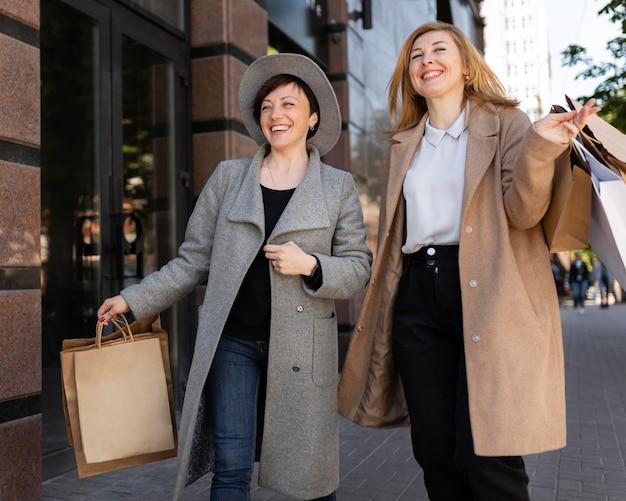 Mejores amigos de mediana edad que pasan tiempo juntos en la ciudad