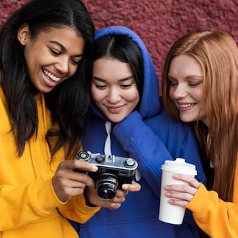 Mejores amigos mirando fotos en una cámara