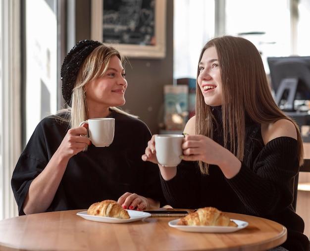 Mejores amigos pasando un rato juntos con un buen café.