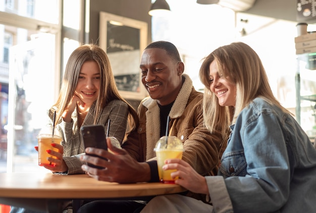 Mejores amigos pasando el rato mientras disfrutan de una deliciosa bebida