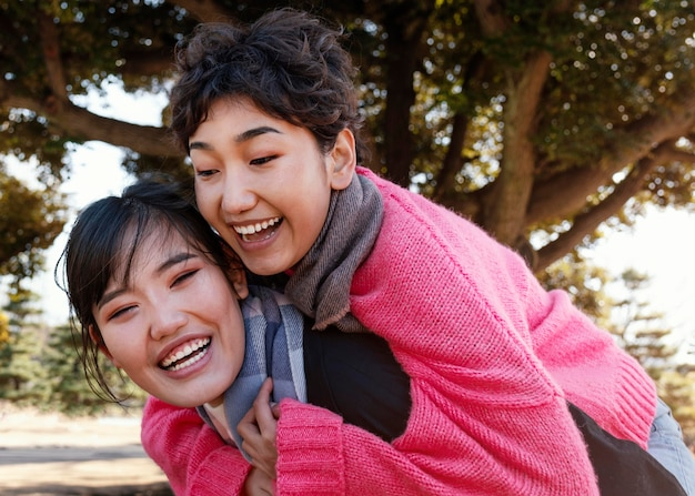 Mejores amigos pasando tiempo juntos al aire libre