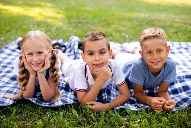 Mejores amigos posando en una manta de picnic
