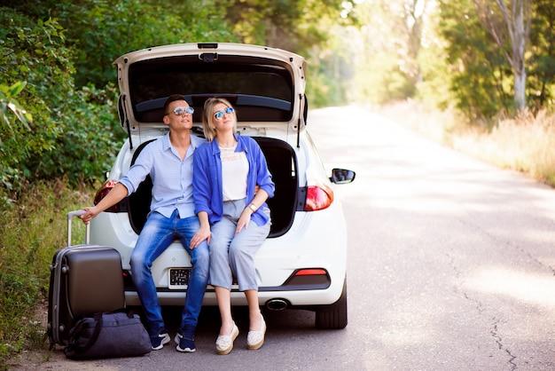 Los mejores amigos que disfrutan viajando en automóvil, divirtiéndose mucho en un viaje por carretera