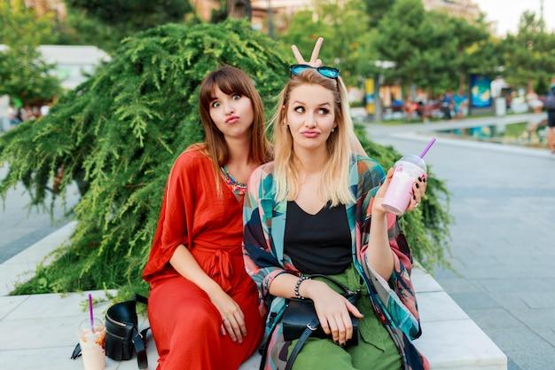 Los mejores amigos que se divierten juntos y disfrutan de unas vacaciones en una ciudad moderna y soleada