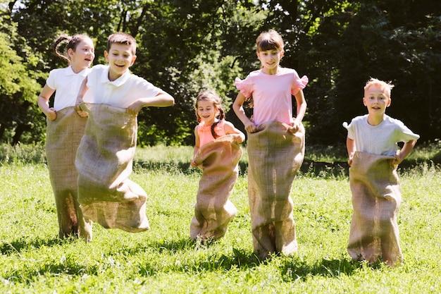 Los mejores amigos que tienen un concurso con bolsas de arpillera.