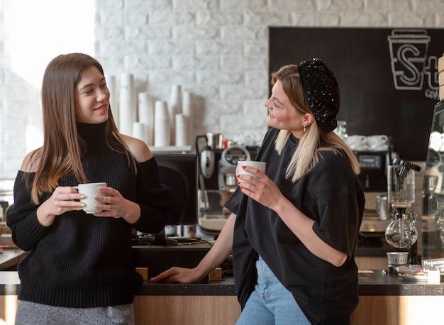 Mejores amigos reunidos en una cafetería.