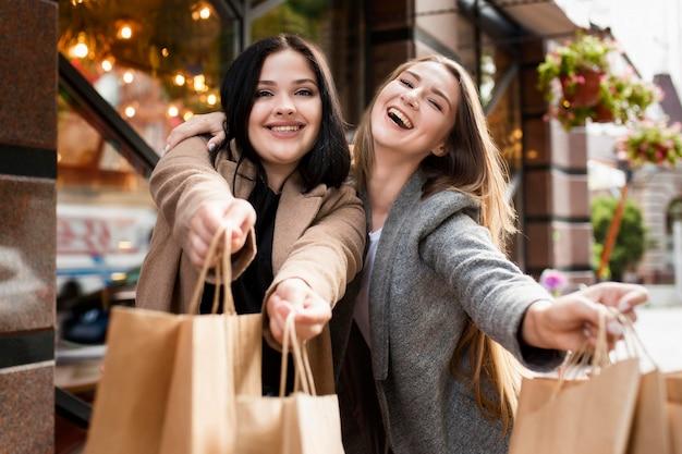 Mejores amigos siendo felices después de comprar