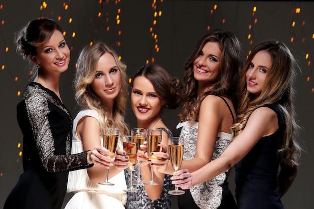 Mejores amigos teniendo una fiesta de año nuevo