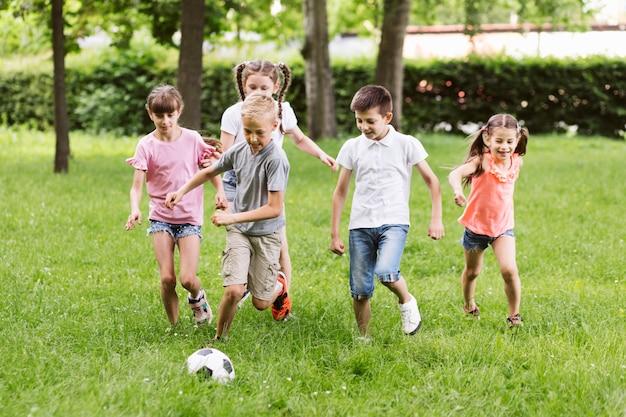 Mejores amigos de tiro largo jugando al fútbol
