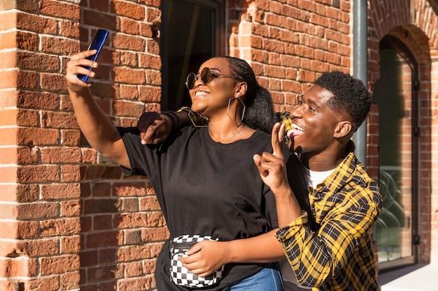 Mejores amigos tomando un selfie juntos