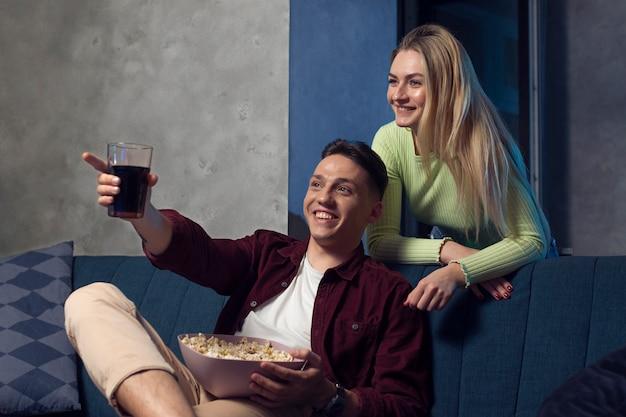 Mejores amigos viendo netflix juntos en la sala de estar