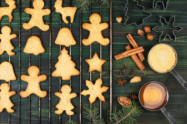 Melindres de jengibre de navidad con miel y canela sobre una superficie de madera