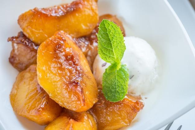 Melocotones caramelizados con helado de vainilla