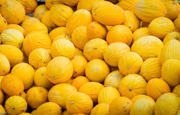 Melón amarillo a la venta en el mercado abierto de aire.