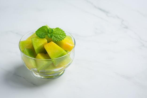 Melón fresco, cortado en trozos, poner en un tazón de vidrio.