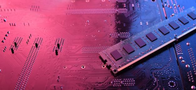 La memoria ram de la computadora en el fondo de la placa base del circuito