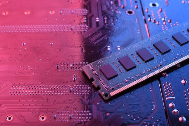 La memoria ram de la computadora en la placa base del circuito