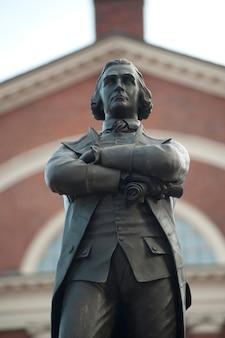 El memorial de samuel adams en boston, massachusetts, ee.uu.