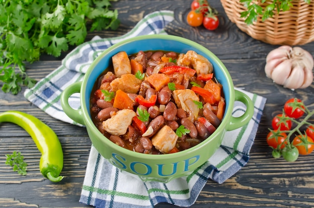 Menestra de verduras con pollo y frijoles
