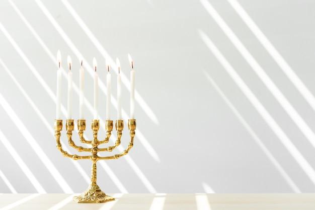 Menorah de bronce de janucá con velas encendidas