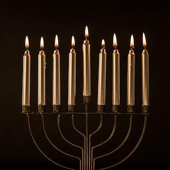 Menorah elegante con velas doradas