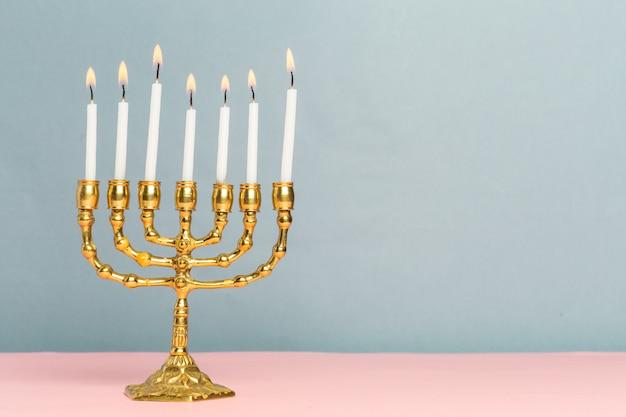 Menorah de jánuca de bronce con velas encendidas