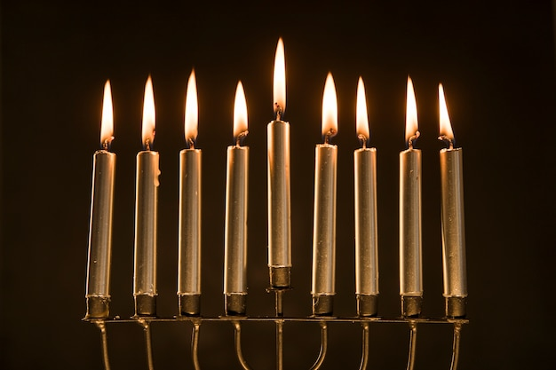 Menorah magnífica con velas encendidas