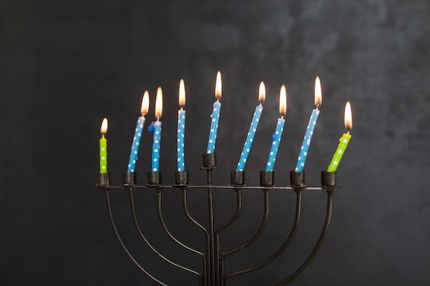Menorah de metal con pequeñas velas