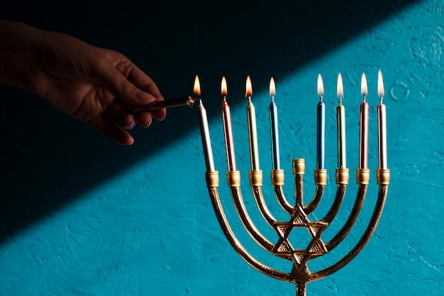 Menorah tradicional de hanukkah con velas