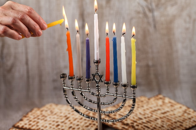 Menorah con velas para hanukkah sobre un fondo de madera claro