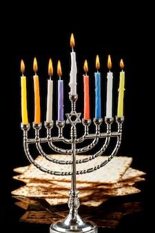 Menorah con velas para hanukkah sobre fondo negro