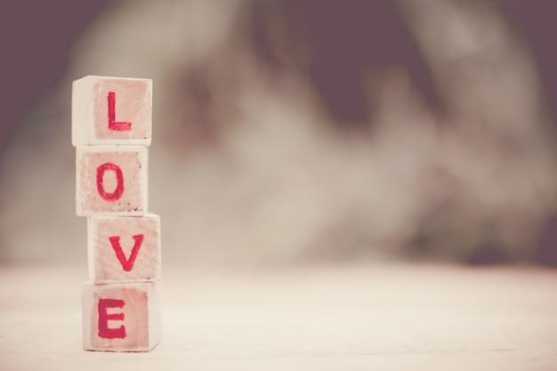 Mensaje de amor escrito en bloques de madera.