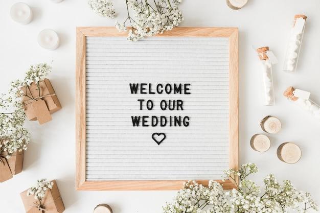 Mensaje de bienvenida y decoración para bodas sobre fondo blanco.